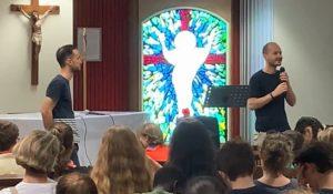 c'est reparti avec le témoignage de Benjamin et Thomas (chanteurs de Glorious) qui répondent ensuite aux nombreuses questions des jeunes sur leur métier, leur engagement, leur Foi et leur relation à Dieu.